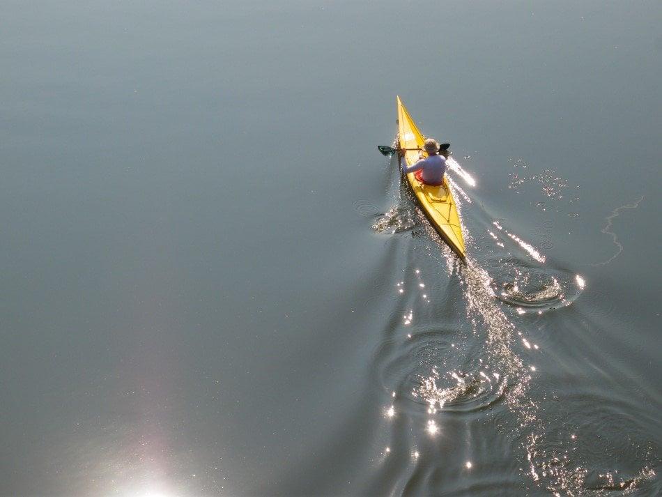 En mand på tur i havkajak