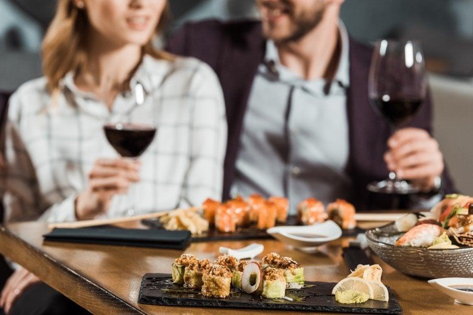 Par der spiser gourmetmad og drikker vin